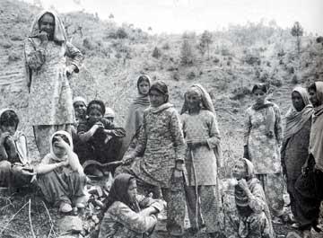 Donne del movimento Chipko in India discutono la deforestazione