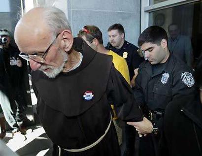 Padre Louis Vitale viene arrestato durante una manifestazione contro la tortura.