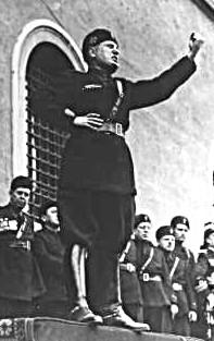 Benito Mussolini durante un comizio