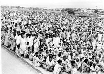 """La partizione dell'India nel 1947 portò a un processo che oggi potrebbe essere descritto come """"pulizia etnica."""" Centinaia di migliaia di persone furono massacrate e milioni dovettero lasciare i luoghi d'appartenenza, i musulmani l'india per il Pakistan, e gli hindu vice versa. La foto mostra una piccola parte dei rifugiati a Delhi."""